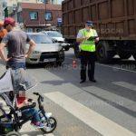 В Сочи мотоциклист сбил женщину с ребенком и скрылся